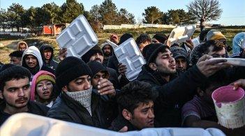 grupo-migrantes-esperan-que-les-sirvan-comida-teritorio-turco-mientras-esperan-cruzar-rio-meritsa-para-entrar-grecia-1583177781358